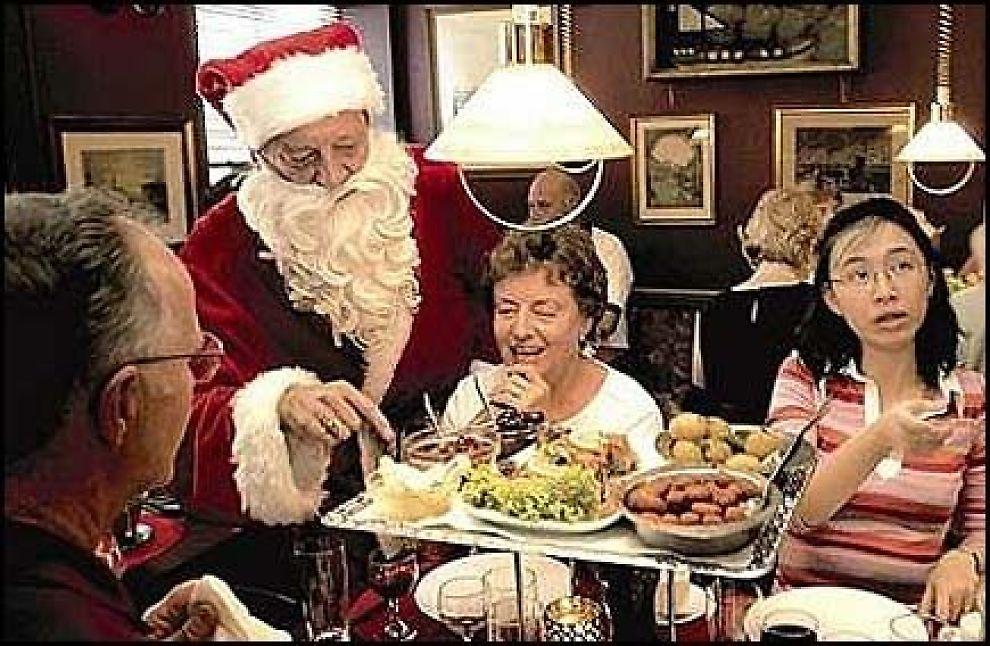GLÆDELIG JUL: Fra juni til langt ut på høsten ifører krovert Johnny Hougaard seg julenissekostyme og serverer utenlandske turister tradisjonell dansk julemat på Københavner Cafeen i Badstustræde. Foto: JENS L. MØLLER, URBANAVIS DK
