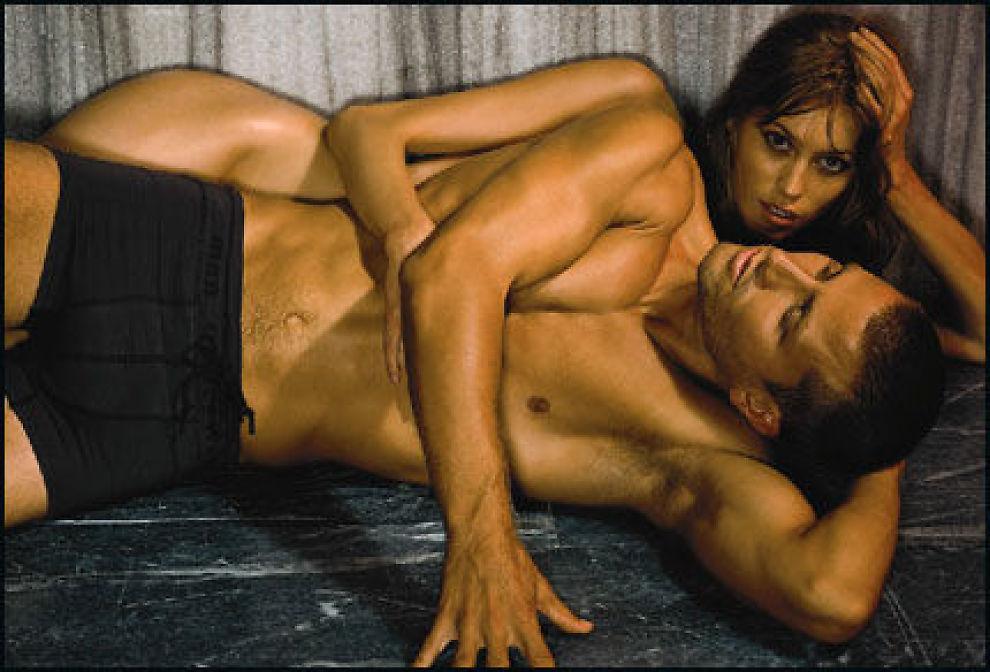 MANNEN SEX-OBJEKT: Den svenske stjernemodellen Camilla Thorsson forfører australske Julian Scott i Dressmanns nye undertøyskampanje. - Vi er forberedt på reaksjoner, sier kleskjeden.