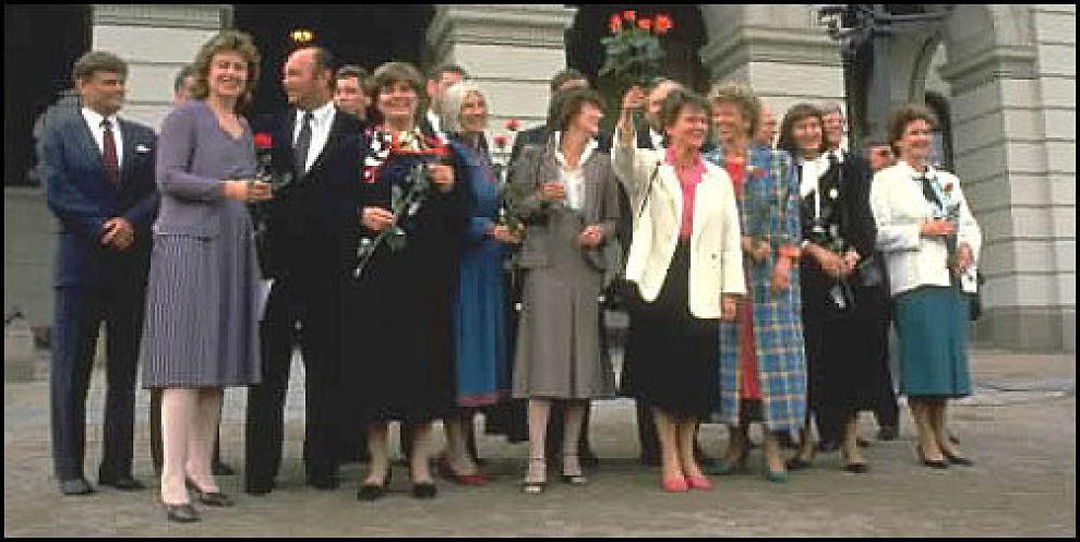 HISTORISK PÅ SLOTTSBAKKEN: Gro Harlem Brundtland bestemte seg for å ha åtte kvinner i regjeringen i 1986; et historisk gjennombrudd. Foto: scanpix