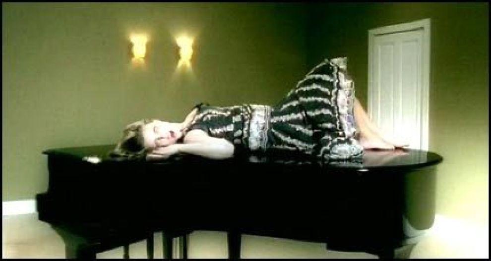 FREKK VIDEO: «Cars And Boys»-videoen viser Nathalie i en ny og sexy stil. Iført kjole liggende på et flygel, «mekkende» på en sofa, og med stiletthæler og motorsag viser bergensjenta nye sider av seg selv. Foto: EMI