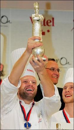 SØLVJUBEL: Tom Victor Gausdal (28) fra Nøtterøy jubler for sølvet i det uoffisielle kokke-VM i Lyon onsdag. Foto: Reuters.