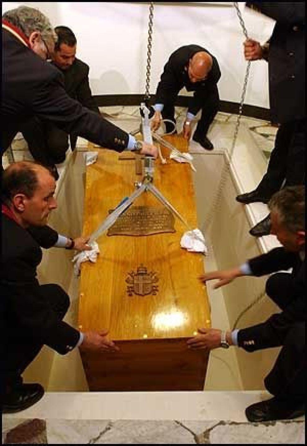 DEN SISTE HVILE: Her er pavens siste hvilested. Like før klokken 14.30 ble kisten senken ned i krypten under Peterskirken. Foto: Reuters