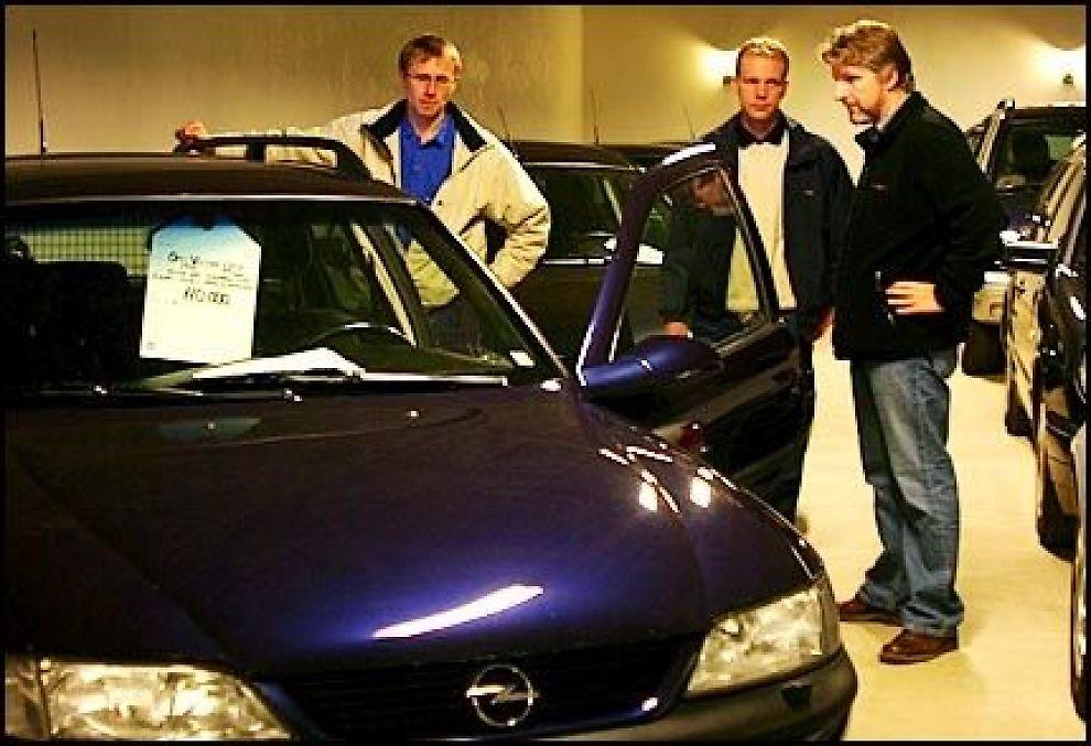 FANT DRØMMEBILEN: Erlend Bjørtvedt (t.h.) har kjøpt en Opel Vectra 1,8 CD 1998-modell, med klimaanlegg, tilhengerfeste, radio/CD med kilometerstand på 99 909 for 116 000 kroner, inkludert omregistrering Her er han på NAF-test. Foto: HANNE HATTREM