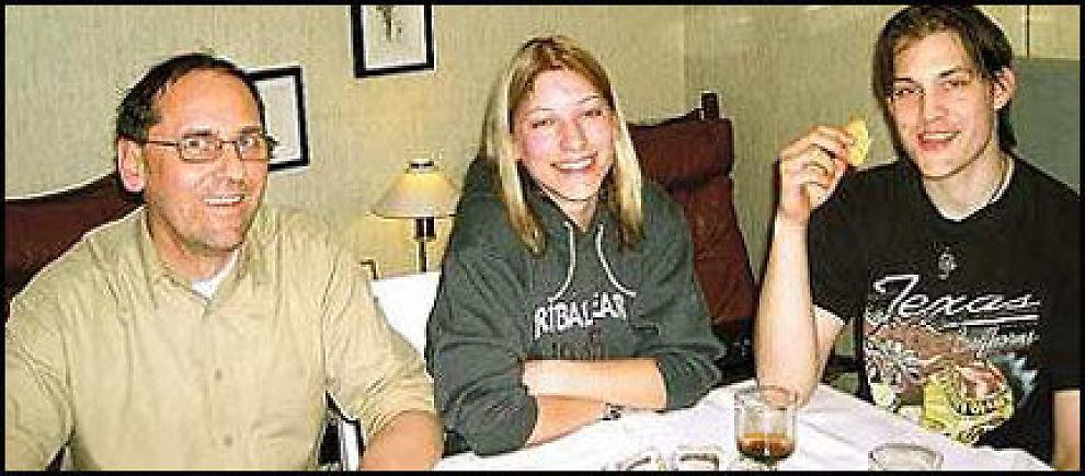 FAMILIEHYGGE: Sammen med far Peter og søster Isabelle koste Morten seg hjemme i barndomshjemmet på Høybråten i Oslo, den 23. mars 2003. Foto: PRIVAT