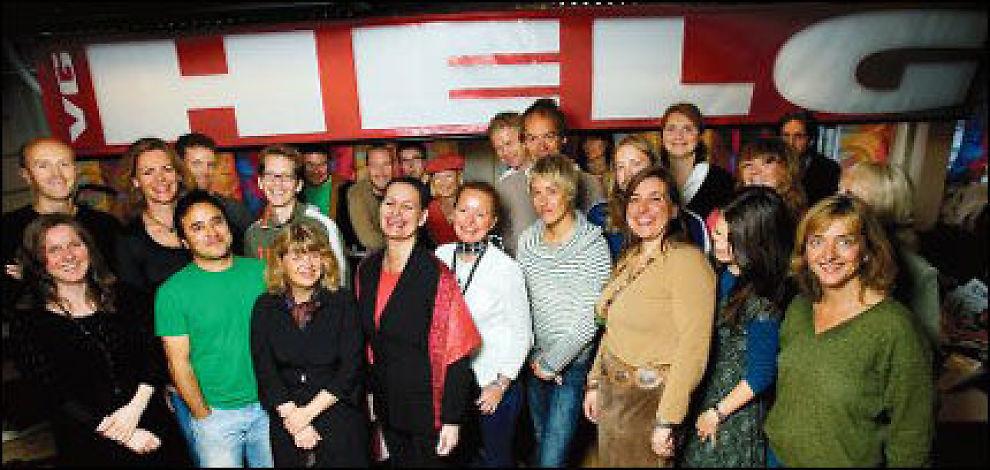 REDAKSJONEN: Feature-journalistene i VG gleder seg til magasinlanseringen neste helg, anført i fremste rekke av redaktør Nina Gram (nr. fire fra venstre). Foto: Andrea Gjestvang