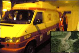 PÅ BÅRE: Her bæres Per Ciljan Skjelbred inn i den ventende ambulansen. Foto: KRISTIAN HOLLI