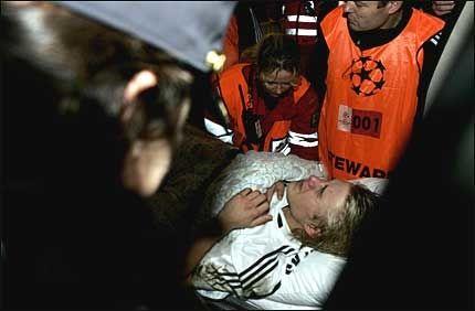 TIL SYKEHUS: Per Ciljan Skjelbred skrek av smerte etter den brutale taklingen. Foto: SCANPIX