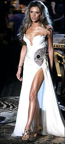 PÅ CATWALKEN: Victoria Beckham (31) viste kjole for Roberto Cavalli i Milano i går. Foto: AP