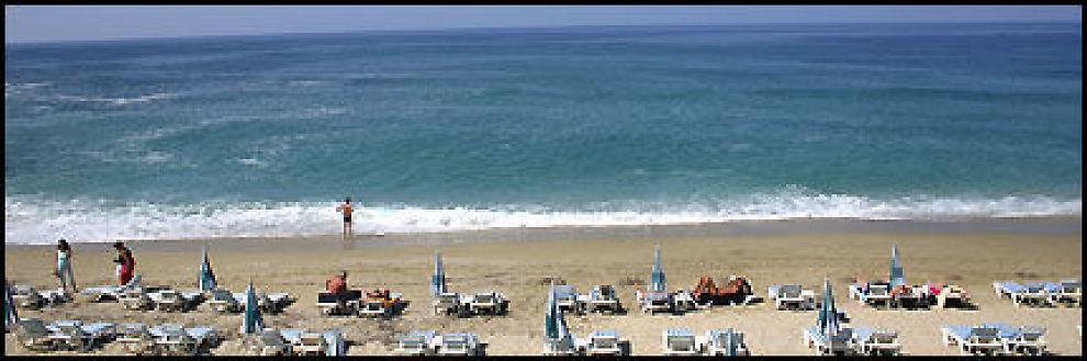 """ØKER MEST"": Tyrkias 630 km lange sydkyst med milelange strender frister stadig flere nordmenn. Tyrkia tar innpå Hellas som nordmenns sommerferie-favoritt nr. 1, viser charterselskapens sommersalg så langt i år. Foto: DAG FONBÆK"