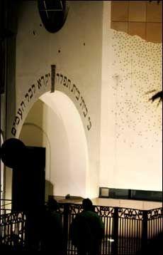 SKUDDSÅR: Synagogen bar tydelig spor av de minst 3-4 skuddene mot bygningen. Foto: Trond Solberg