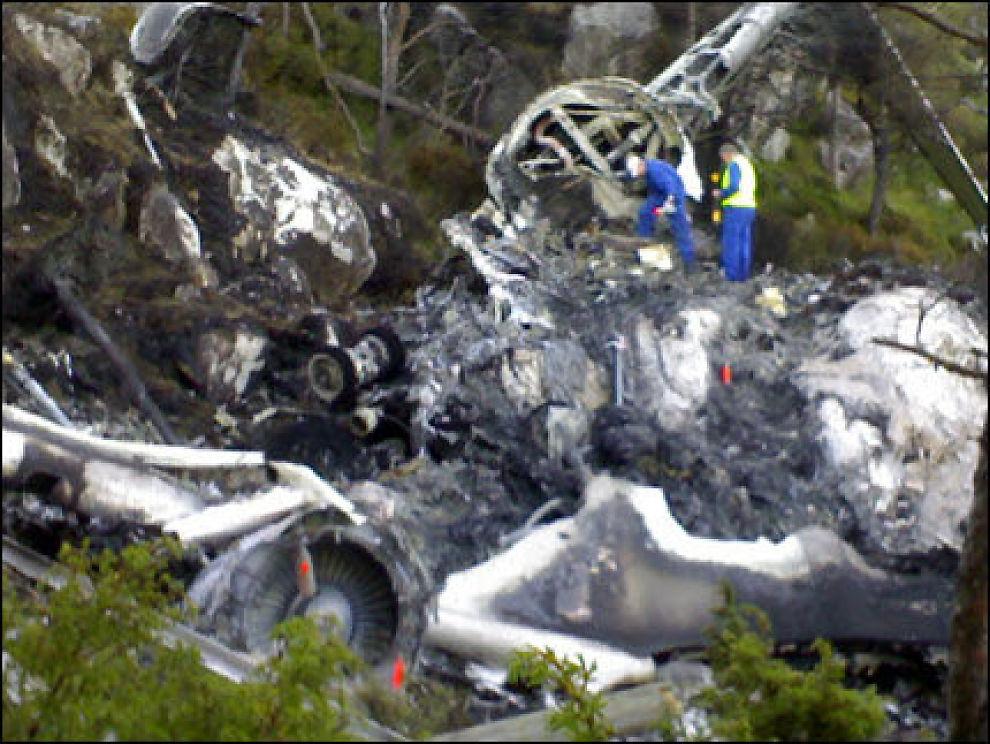 LETER ETTER SVAR: Teknikere undersøker vraket av Atlantic Airways en dag etter at det sto i full fyr og krevde fire menneskeliv. Foto: VG Nett
