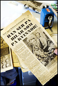 KVINNER OG BILER: Jan Wilsgaard viser en gammel avis med artikkel om ham selv. Foto: Jan Johannessen.