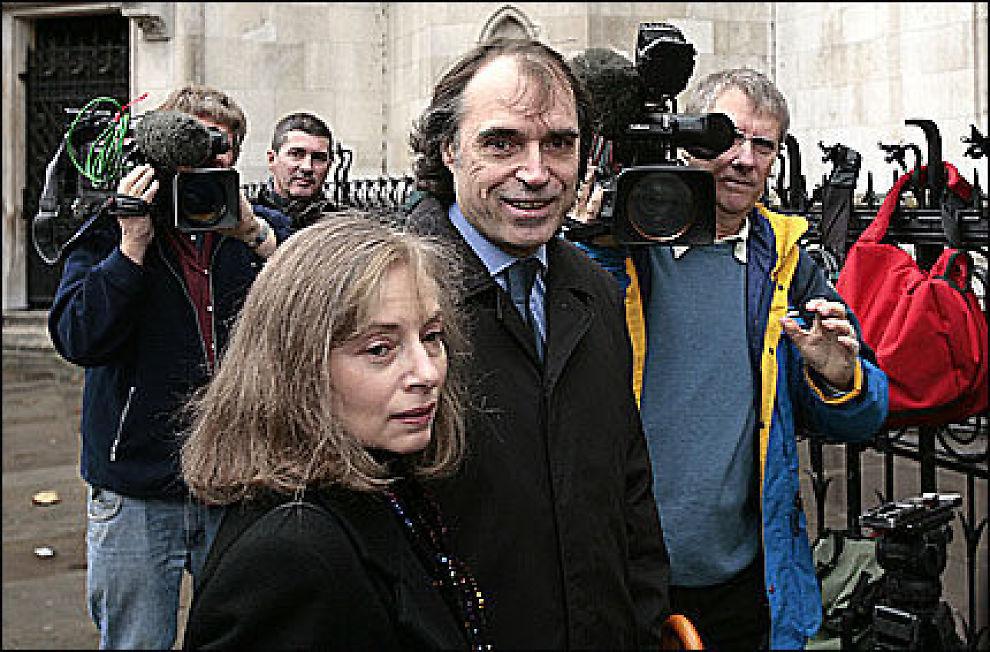 KREVER PENGER: Matthew Fisher idet han ankommre High Court i London i dag - for å kreve opphavsretten til Procol Harum-låten «A Whiter Shade Of Pale». Foto: AFP