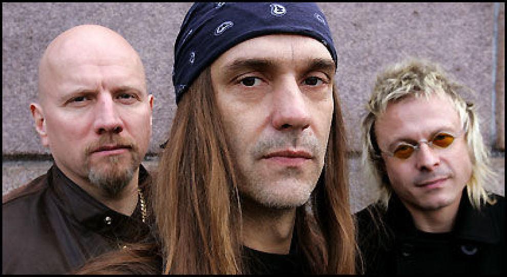 SATSER VIDERE: - Vi er ikke Smokie. Vi er et levende rock'n roll-band. Det er ikke noe juks, sier TNT-gitarist Ronni Le Tekrö. Her sammen med trommis Morten «Diesel» Dahl (t.v.) og bassist Victor Borge. Foto: Trond Solberg