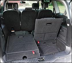 LITE SIKT: God plass bak, men liten sikt for føreren bakover i Ford S-Max.