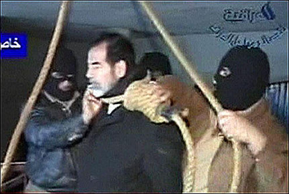 HENGT: Saddam Hussain ble hengt 30. desember. Nå vil myndighetene granske hvordan noen kunne filme henrettelsen med et mobilkamera. Foto: REUTERS