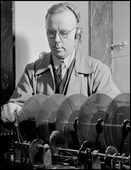 GAMLE DAGER: I 1952 fantes det en svært aktiv «Frøken ur». 55 år senere avgikk «hun» ved døden. Her vedlikeholder teknikerformann Fritjof Moe i gamle Televerket den første «frøken ur»-tjenesten. Foto: Scanpix