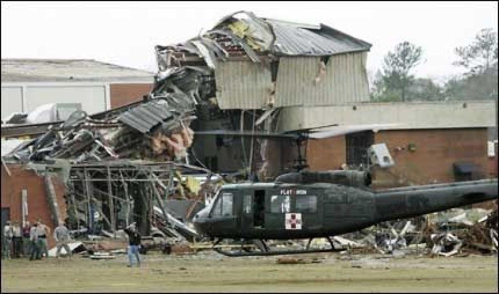 KNUST: Et helikopter evakuerte de skadde fra Enterprise High Scool. Foto: AP