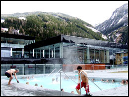 VARME BAD: På det offentlig anlegget Felsentherme finnes en rekke varme bad. Anlegget ligger et steinkast fra skibakkene. Foto: Jørgen Lyngvær.