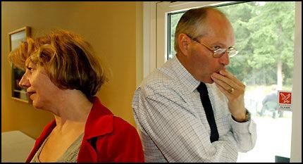 BRÅK I ROSENES LEIR: Martin Kolberg, som forklarte seg for granskerne mens Gerd-Liv Valla hørte på, her fotografert sammen med LO-lederen på Gardermoen i 2002, i forbindelse med Ap-bråket omkring daværende partileder Thorbjørn Jagland. Foto: HARALD HENDEN.