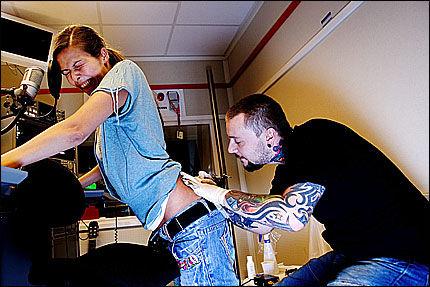 DIREKTE PÅ RADIO: - Jeg skjønte at det kom til å gjøre vondt da jeg hørte at tatoveringssjappa til Oddis (t.h.) het Purple Pain, sier Mina Hadjian. Her i full sving med 1'ern i 2'ern. Foto: Trond Sørås
