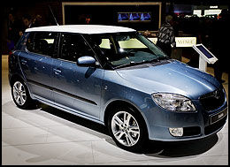 RETROTAK: Fabia har fått en litt Suzuki Swift-aktig retrocut på taklinjen. Etter nyttår kommer den også med tak i kontrastfarge. Taket kan være enten sølv eller hvitt. Foto: Hanne Hattrem