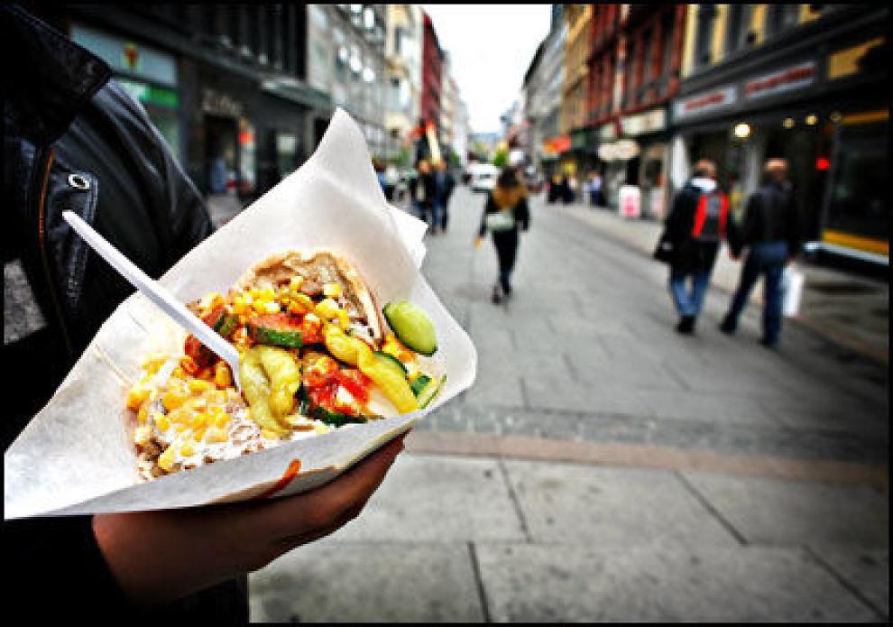 POPULÆR MAT: Oslo og en rekke andre steder i Norge flommer over av tilbud på kebab. Omsetningen er på topp på kveldstid i helgene. Foto: MATTIS SANDBLAD