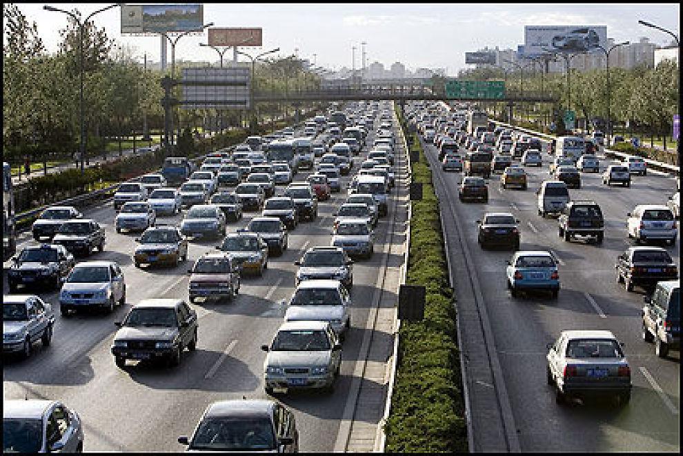 STØRRE UTSLIPP: Utslippene av klimagasser i verden øker i raskt tempo. En av årsakene er den sterke forbruksveksten i land som Kina. Foto: EPA