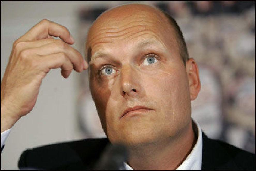 SNAKKET UT: Bjarne Riis på en pressekonferanse i Lyngby fredag ettermiddag. Foto: AP