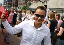 ANDRE DAHL: Mange politikere har stått på for homofiles rettigheter. André Dahl fra Høyre er en av dem. Her holder han homoflagget under paraden i 2006. Foto: Bjørn Lecomte