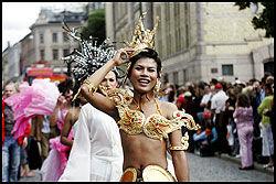 MANGFOLD: I paraden kan man se mange forskjellige kostymer, og noen legger ned mye arbeid i valg av antrekk. Foto: Cornelius Poppe / SCANPIX