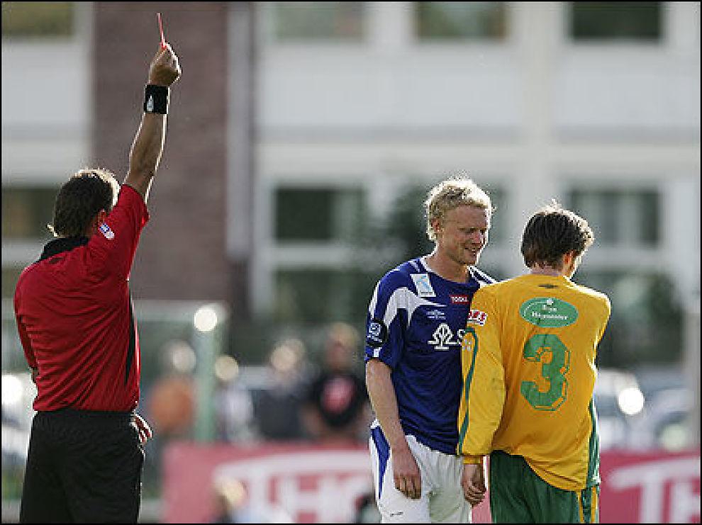 UTVIST IGJEN: Jon Midttun Lie fikk sitt andre røde kort på fire dager i kveldens cupkamp mot Manglerud/Star. Foto: Scanpix