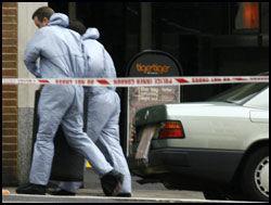 BOMBEMISTANKE: Polititeknikere fjernet tidligere fredag en bilbombe fra en annen bil. Foto: Reuters