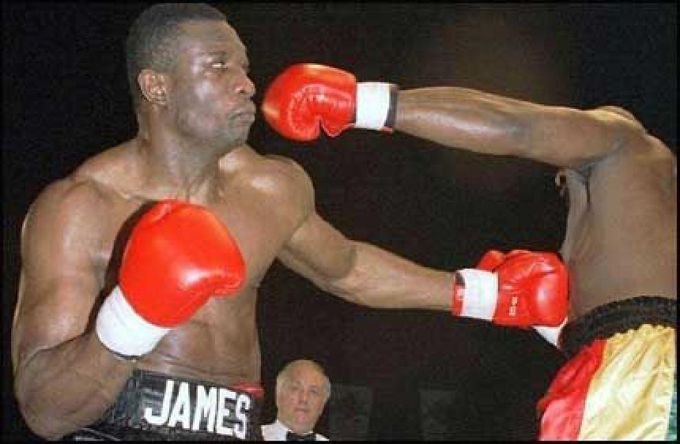 BOKSER: James Oyebola fra den gang han fremdeles var aktiv bokser. Foto: AP (arkiv)