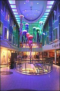 PROMENADEN: Skipets hovedgate med restauranter, barer, cafeer og butikker er nesten like lang som fra Universitetet til Grand Hotell på Karl Johan i Oslo. Foto: VG Nett