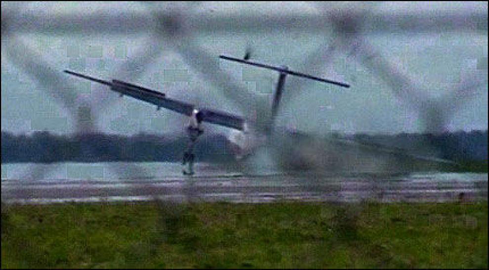 DRAMATISK: SAS-flyet tok fyr etter den dramatiske nødlandingen. Foto: AP