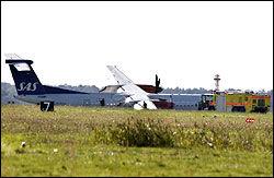 LANDINGSHJUL: På TV-bildene fra nødlandingen ser man at flyets landingshjul brøt sammen under landingen. Foto: Reuters