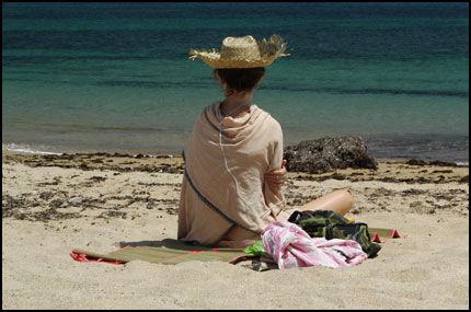 STILLE ETTER STORMEN: Sjeldent privilegium å være så alene på en spansk strand - særlig med tanke på at det var utenfor denne kyststripen som legendariske admiral Nelson beseiret Napoleon i 1805. Foto: VIBEKE MONTERO.