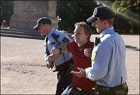 Her blir Rød Ungdom-lederen fjernet av politiet