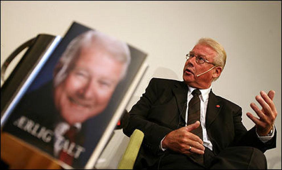 PÅ LANSERINGEN: Carl I. Hagen lanserer sin nye bok foran et fulltallig pressekorps. Foto: Scanpix