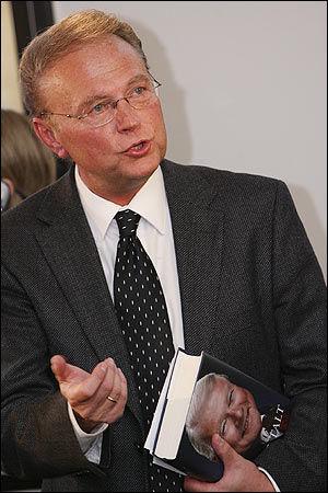 MØTTE OPP: Tidligere Frp-politiker Øystein Hedstrøm møtte opp på Carl I. Hagens boklansering. Foto: Scanpix
