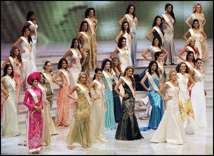 AFTENKJOLER: Miss World-deltakerne viste fram aftenkjoler under lørdagens konkurranse. Foto: AFP