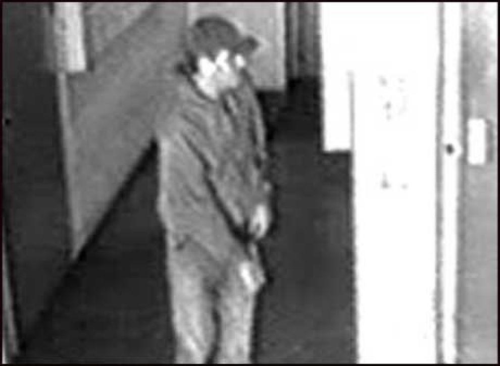 DETTE ER «LOMMEMANNEN»: Politiet er sikre på at dette er mannen de er ute etter. problemet er bare at overvåkningsbildene fra Trondheim er for uskarpe til at det mulig å skjelne ansiktsutrykk. Foto: Politiet