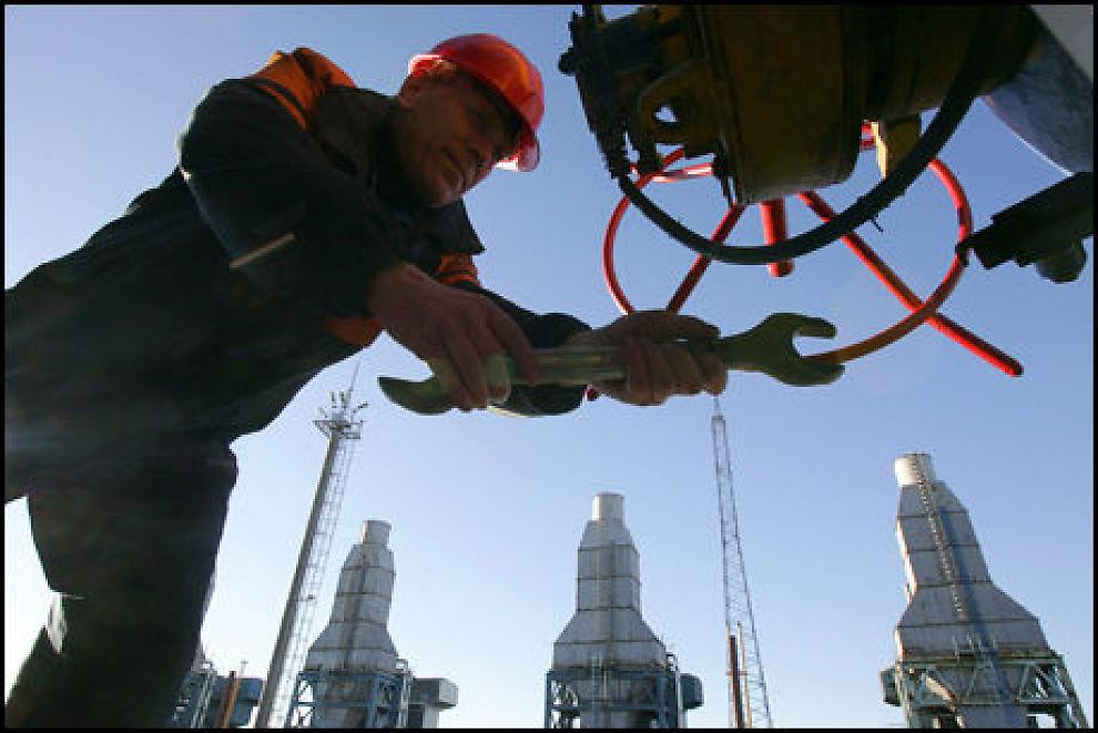 GASS, GASS, GASS: En Gazprom-arbeider svinger skiftenøkkelen under jobbing med en rørledning nær Nesvizh, ca 130 km fra Minsk. Foto: AFP.