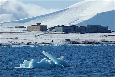 LANDINGSPLASS: Et helikopter styrtet, trolig under landing, ved den russiske helikopterbasen utenfor Barentsburg på Svalbard. Dette bildet er fotografert ved en tidligere anledning. Foto: STIAN EISENTRÄGER