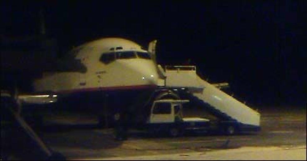 """UT AV MØRKET?: Evenes lufthavn, som her ligger badet i vintermørke, har fått mer trafikk, bl.a. av Norwegian-fly, etter at den seilte opp som Lofotens jet-hovedflyplass. Nå får den også navnet """"Lofoten International Airport"""". Foto: VG"""