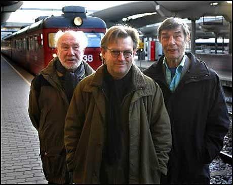 """PRISVINNER: Bent Hamer ble for få minutter tildelt Filmkritikerprisen for 2007 - her flankert av to av filmen """"O`Hortens"""" meget gode skuespillerveteraner, Espen Skjønberg og Bård Owe. Foto: Nils Bjåland"""