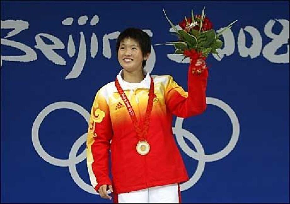 UNG VINNER: Chen Ruolin har fått med seg gull fra OL, men nå gruer hun seg til at kroppen skal forandre seg. Foto: Reuters