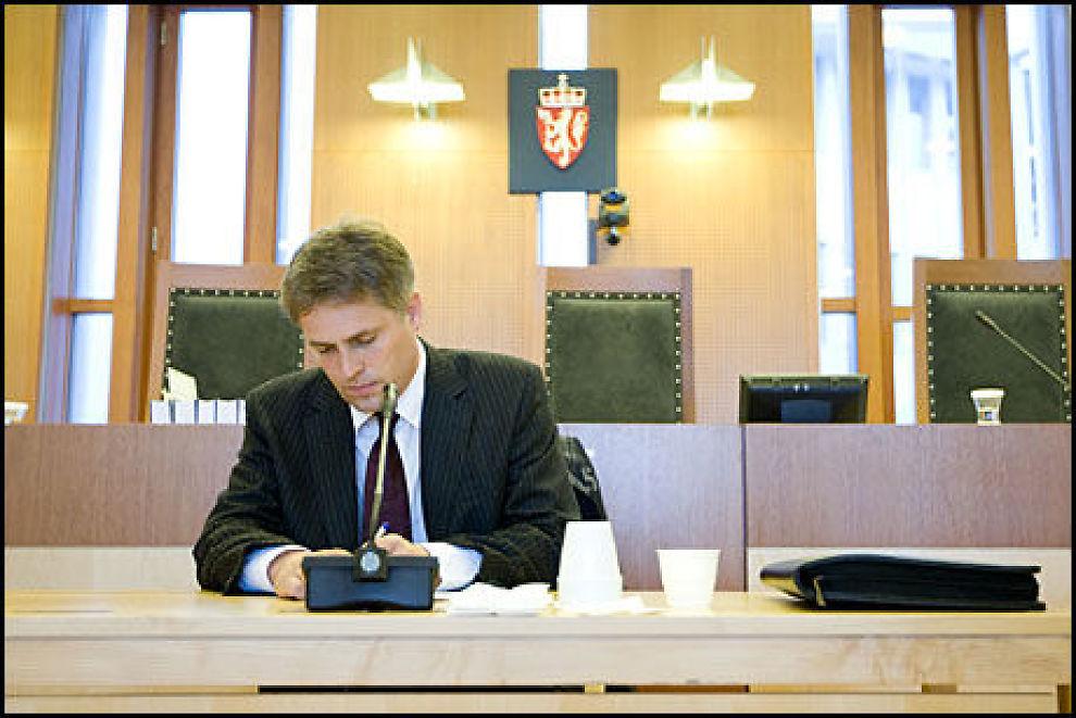 TRAUME-FORSKER: Sakkyndig vitnepsykolog Tim Brennen underviste retten om hukommelse etter traumatiske hendelser i krigsforbryterrettssaken i Oslo Tingrett onsdag. Foto: SCANPIX