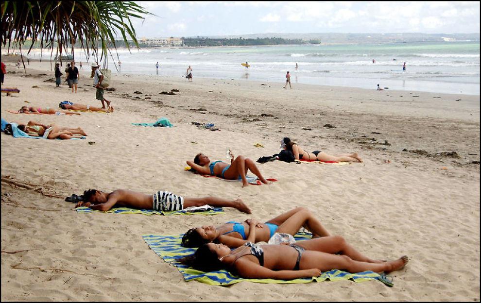 PORNO?: Den planlagte pornoloven på Bali, kan ramme bikinisoling på stranden. Foto: AFP.